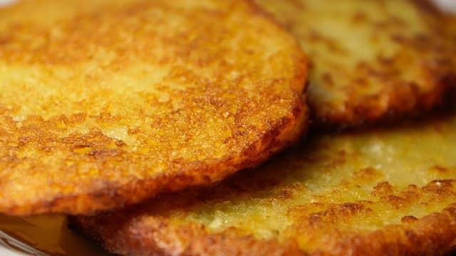 Картофельный блин на сковороде