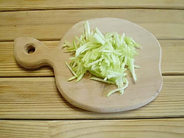 Сырный салат с яблоком